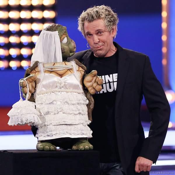 Comedian Sascha Grammel mit Handpuppe Josie im Hochzeitskleid bei Verstehen Sie Spaß? 2014 in Offenburg