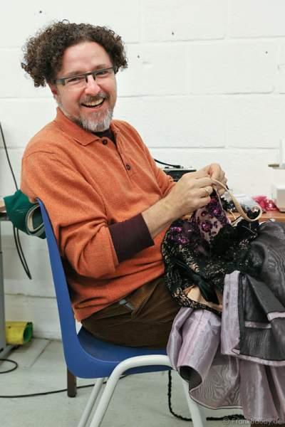 Volker Deutschmann in der Kostümwerkstatt von Holiday on Ice