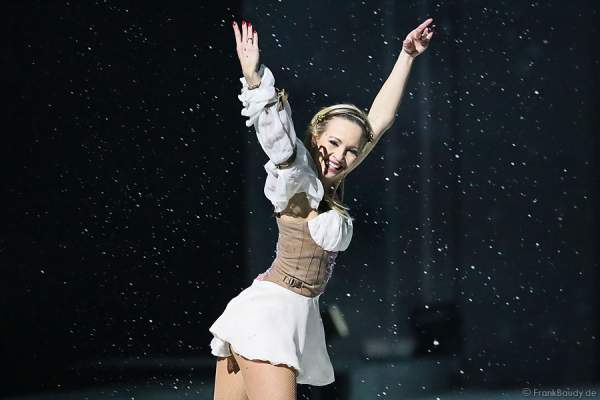 Annette Dytrt im Schnee bei Holiday on Ice PASSION