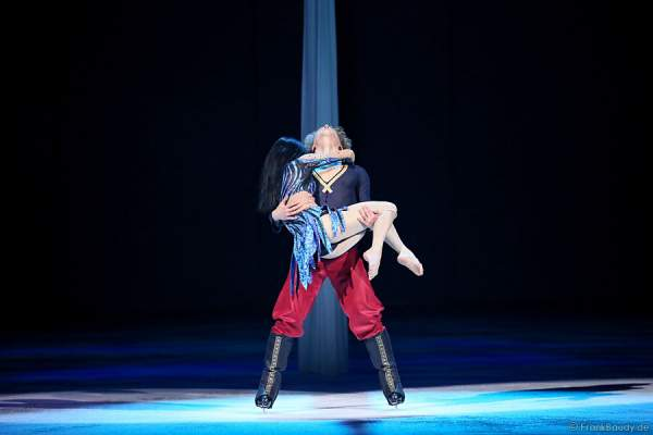 Luftakrobatin Simone Heitinga am Vertikaltuch und Aleksandr Zaboev (Sasha) bei Holiday on Ice PASSION