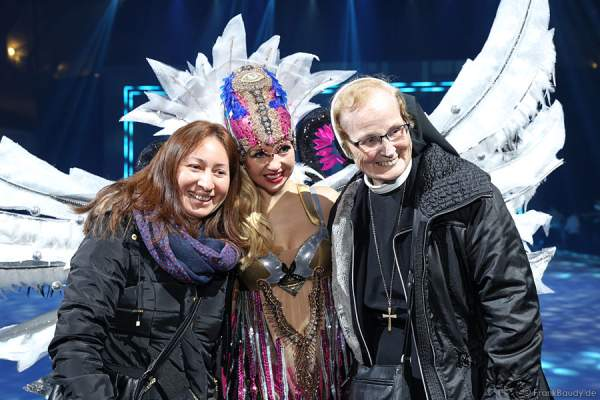 Annette Dytrt mit Nonne bei Holiday on Ice PASSION