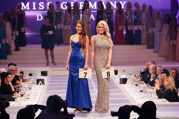 Aileen Tetzlaff, Miss Mecklenburg-Vorpommern 2015 und Johanna Orthey, Miss Rheinland-Pfalz 2015, beim Miss Germany 2015 Finale im Europa-Park