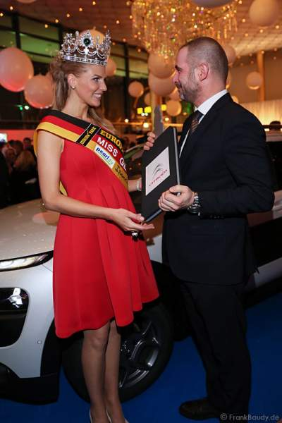 Olga Hoffmann - Miss Germany 2015 - erhält den Autoschlüssel