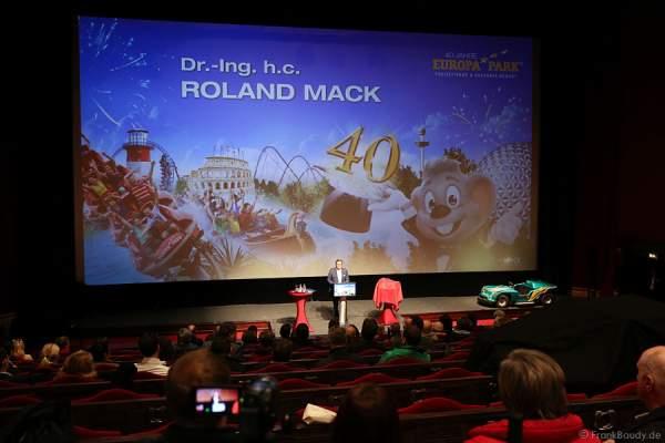 Inhaber Roland Mack begrüßt die gut 250 Journalisten