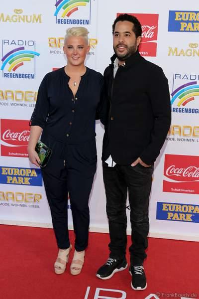 Adel Tawil mit Freundin Lena beim Radio Regenbogen Award 2015