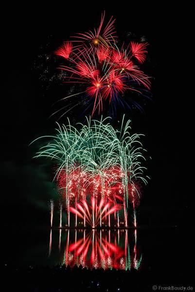 Feuerwerk in den Rheinauen bei Rhein in Flammen - Bonn 2015