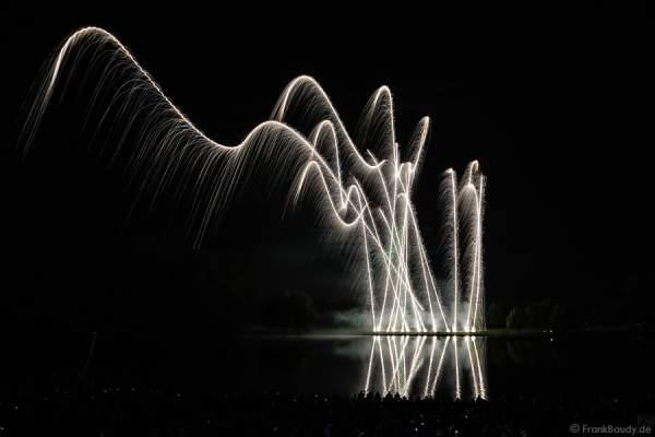 Steigende Kronen beim Feuerwerk - Rhein in Flammen - Bonn 2015