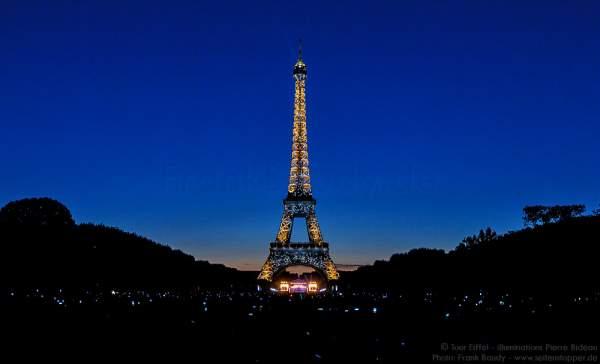 Beleuchteter Eiffelturm bei Nacht vor dem Feuerwerk beim Nationalfeiertag 2015 in Paris