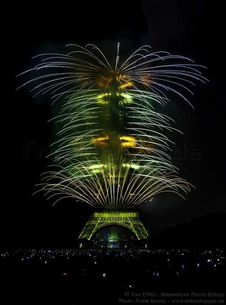 Atemberaubendes Feuerwerk auf dem Eiffelturm zum Nationalfeiertag 2015 in Paris