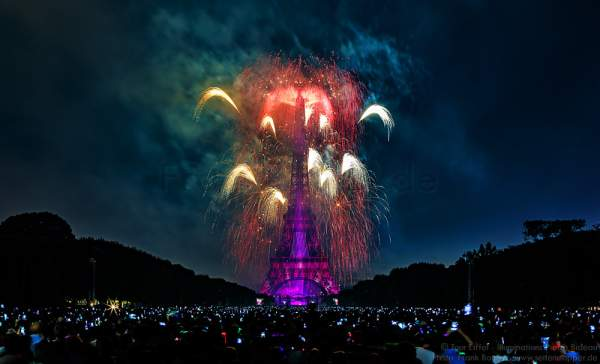 Feuerwerk auf dem Eiffelturm zum Nationalfeiertag 2015 in Paris