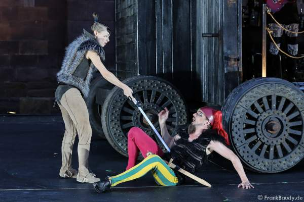 Alina Levshin als Ortlieb und Maik Solbach als Narr bei Gemetzel - Nibelungen-Festspiele 2015 in Worms