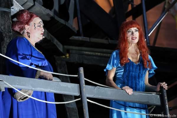 Marion Breckwoldt als Zofe und Judith Rosmair als Kriemhild bei Gemetzel - Nibelungen-Festspiele 2015 in Worms