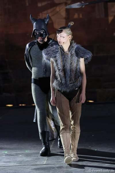 Max Urlacher als Hagen und Alina Levshin als Ortlieb und Maik Solbach als Narr bei Gemetzel - Nibelungen-Festspiele 2015 in Worms