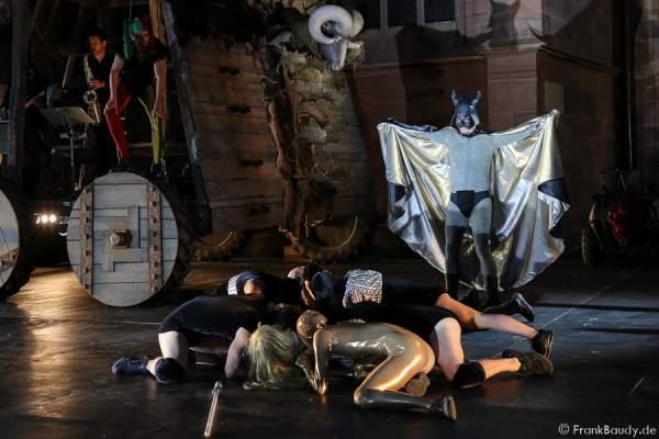 Max Urlacher als Hagen und Tänzer bei Gemetzel - Nibelungen-Festspiele 2015 in Worms