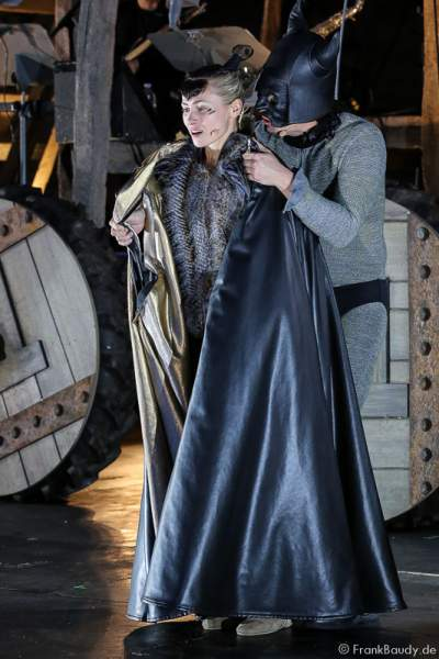 Alina Levshin als Ortlieb und Max Urlacher als Hagen bei Gemetzel - Nibelungen-Festspiele 2015 in Worms