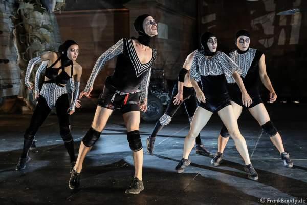 Tänzer Louise Tanoto, Gil-Ho Yang, Ian Garside, Nora Alberdi, Sayaka Kaiwa, Jason Respilieux bei Gemetzel - Nibelungen-Festspiele 2015 in Worms