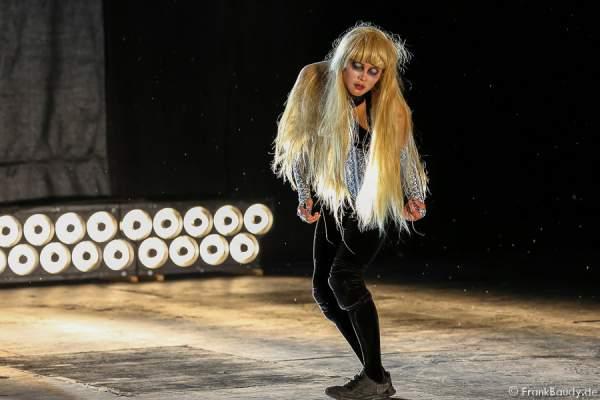 Tänzerin bei Gemetzel - Nibelungen-Festspiele 2015 in Worms