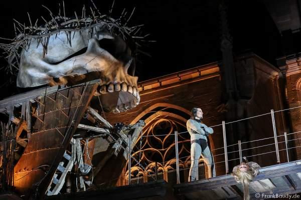 Max Urlacher (Hagen), Marlon Schneider (Toter Siegfried) bei Gemetzel - Nibelungen-Festspiele 2015 in Worms