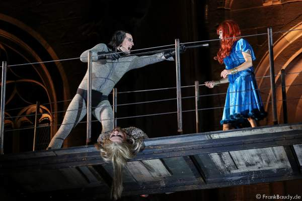 Max Urlacher (Hagen), Marlon Schneider (Toter Siegfried), Judith Rosmair (Kriemhild) bei Gemetzel - Nibelungen-Festspiele 2015 in Worms