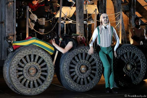 Maik Solbach als Narr und Radu Cojocariu als Erzähler bei Gemetzel - Nibelungen-Festspiele 2015 in Worms