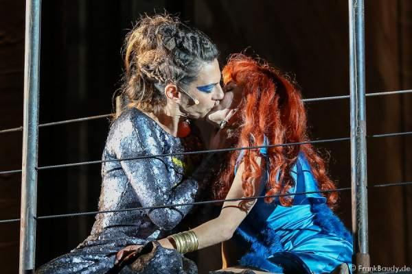 Catrin Striebeck (Brünhild) und Judith Rosmair (Kriemhild) (v.l.n.r.) bei Gemetzel - Nibelungen-Festspiele 2015 in Worms