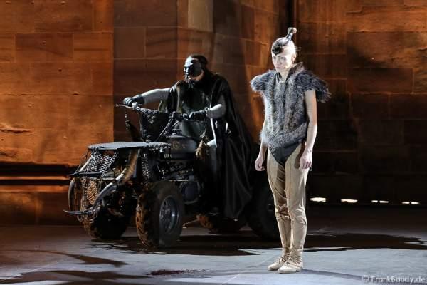 Max Urlacher als Hagen und Alina Levshin als Ortlieb bei Gemetzel - Nibelungen-Festspiele 2015 in Worms
