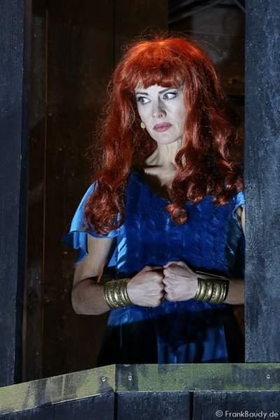 Judith Rosmair als Kriemhild im Turm bei Gemetzel - Nibelungen-Festspiele 2015 in Worms