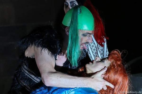 Maik Solbach als Narr und Judith Rosmair als Kriemhild bei Gemetzel - Nibelungen-Festspiele 2015 in Worms
