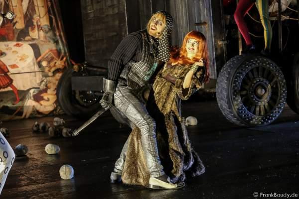 Gabriel Raab (Gerenot) und Judith Rosmair als Kriemhild bei Gemetzel - Nibelungen-Festspiele 2015 in Worms