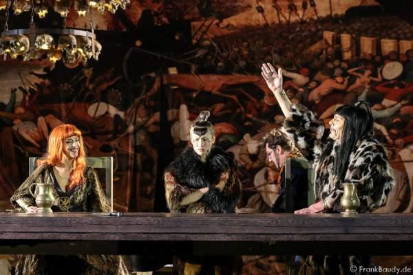 Judith Rosmair (Kriemhild), Alina Levshin (Ortlieb), Markus Boysen (König Etzel) bei Gemetzel - Nibelungen-Festspiele 2015 in Worms