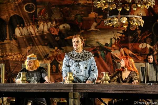 Holger Kunkel (König Gunter), Peter Becker (Giselher) und Judith Rosmair als Kriemhild bei Gemetzel - Nibelungen-Festspiele 2015 in Worms