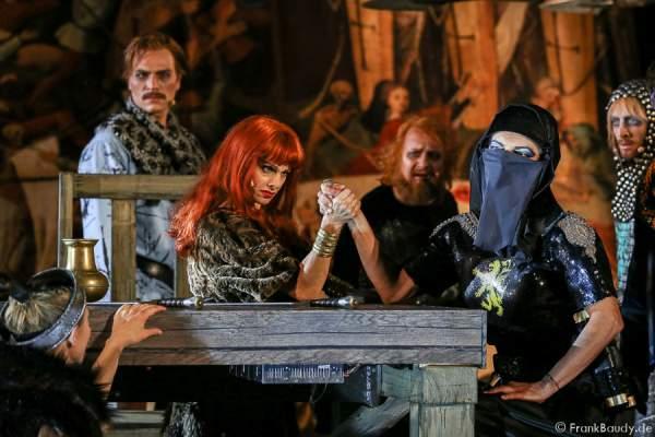 Alina Levshin (Ortlieb), Peter Becker (Giselher), Judith Rosmair (Kriemhild), Holger Kunkel (König Gunter),Catrin Striebeck (Brünhild), Gabriel Raab (Gernot) bei Gemetzel - Nibelungen-Festspiele 2015 in Worms