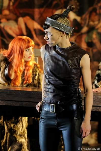 Judith Rosmair als Kriemhild und Alina Levshin und Ortlieb bei Gemetzel - Nibelungen-Festspiele 2015 in Worms