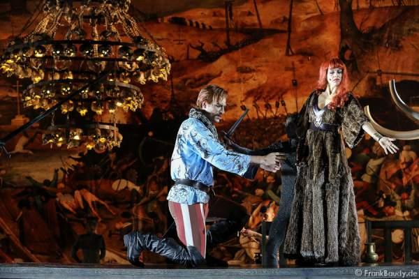 Peter Becker (Giselher) und Judith Rosmair als Kriemhild bei Gemetzel - Nibelungen-Festspiele 2015 in Worms
