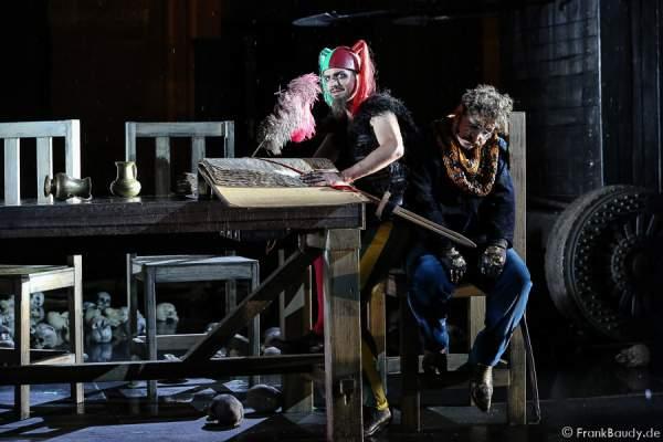 Maik Solbach als Narr und Heiko Pinkowski (Dietrich) bei Gemetzel - Nibelungen-Festspiele 2015 in Worms