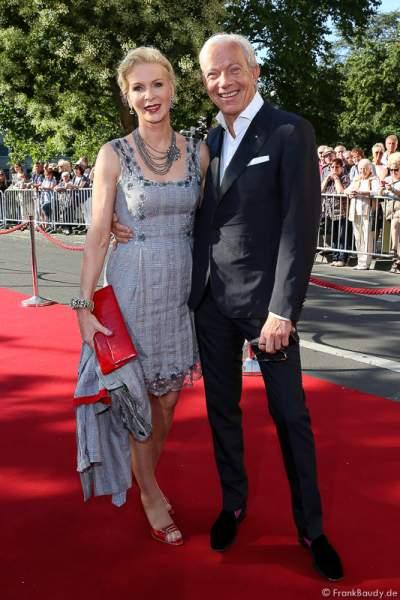 Prof. Jo Groebel mit Frau Grit Weiss bei der Premiere von Gemetzel - Nibelungen-Festspiele 2015 in Worms