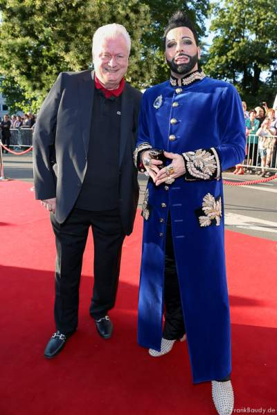 Harald Glööckler und Lebensgefährte Dieter Schroth auf dem roten Teppich bei der Premiere von Gemetzel - Nibelungen-Festspiele 2015 in Worms