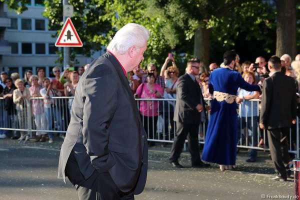 Dieter Schroth im Hintergrund von Harald Glööckler auf dem roten Teppich bei der Premiere von Gemetzel - Nibelungen-Festspiele 2015 in Worms