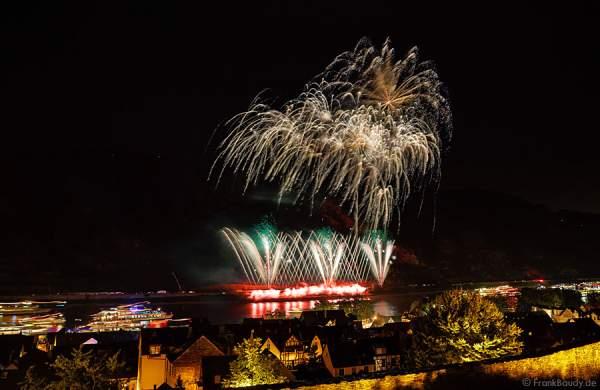 Das Tal erleuchtet beim beim Feuerwerk Rhein in Flammen – Nacht der 1000 Feuer in Oberwesel 2015