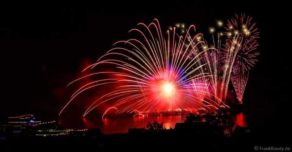 Gewaltigen Radialeffekt beim Feuerwerk RHEIN IN FLAMMEN – Nacht der 1000 Feuer in Oberwesel 2015