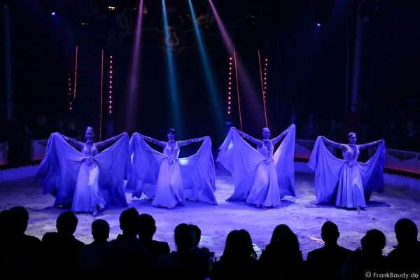 Ballet in Blau bei der Show Salto Vitale des Circus Roncalli