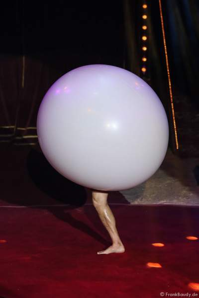 Victor Minasov mit Ballon Act bei Salto Vitale des Circus Roncalli