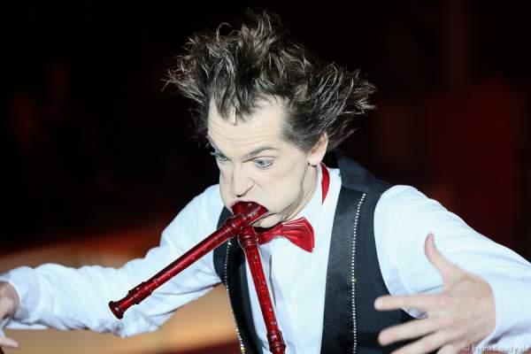 Flötenmann Gabor Vosteen bei Salto Vitale des Circus Roncalli