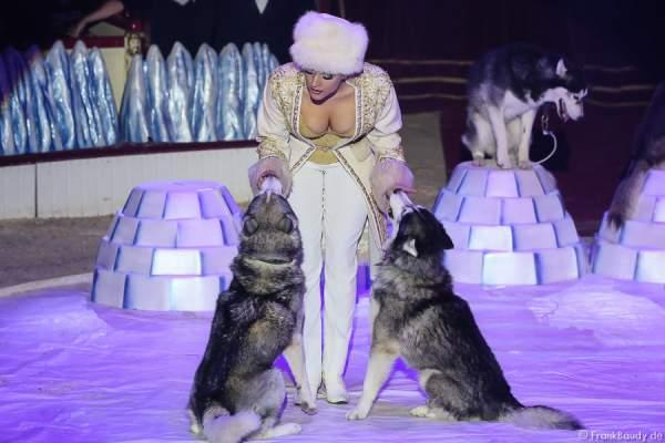 Die Saabel Family mit Schlittenhunden bei ihrer Show Petersburger Schlittenfahrt-Circus Roncalli-Salto Vitale