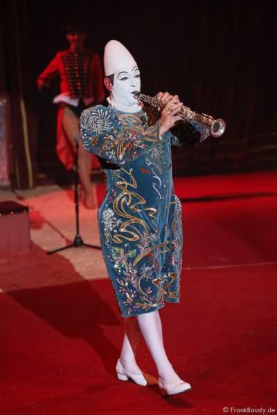 Der Weißclown Yann von Les Rossyann bei der Show Salto Vitale des Circus Roncalli