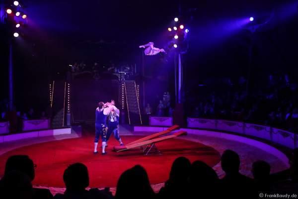 Das Trio Csàszàr am Schleuderbrett bei der Show Salto Vitale des Circus Roncalli