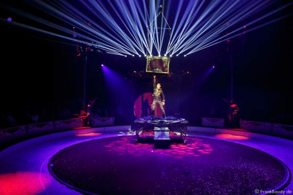 Jimmy Saylon mit Time Maschine bei Salto Vitale des Circus Roncalli