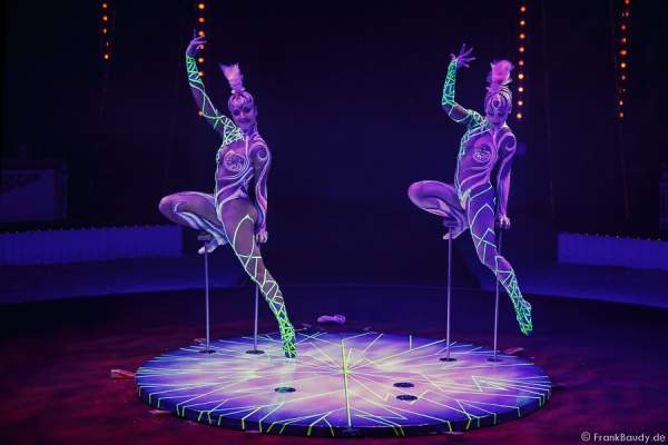 Geschwister Alexandra & Kelly Saabel mit Handstand Equilibristik bei Circus Roncalli-Salto Vitale