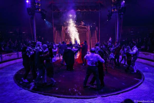 Die Künstler beim Finale bei Salto Vitale des Circus Roncalli