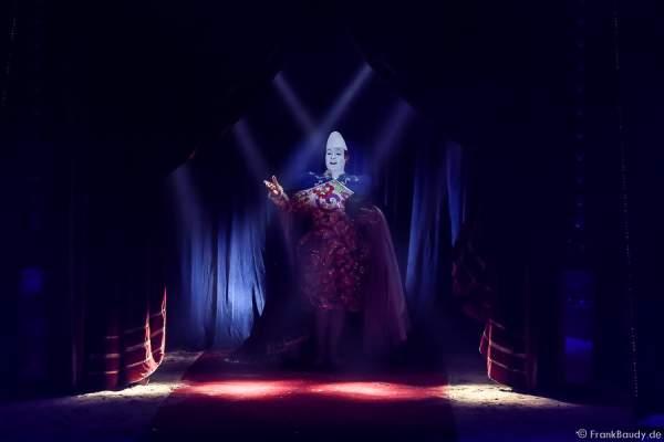 Der Weißclown Yann von Les Rossyann beim Abschied der Show Salto Vitale des Circus Roncalli